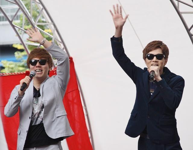 大歓声の中登場したHIKAKIN(左)とSEIKIN