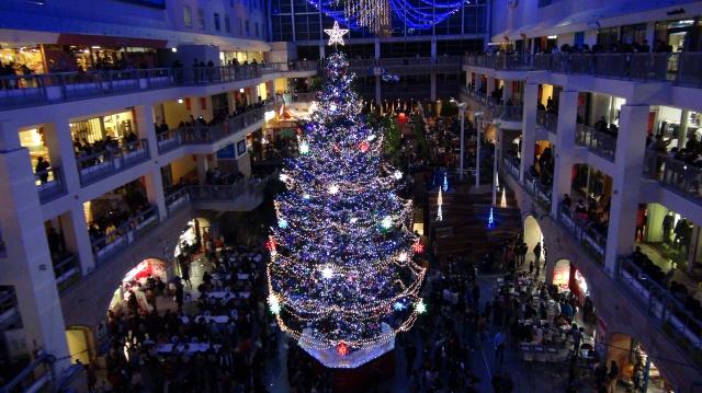 LED約3万5000灯が輝くジャンボツリー